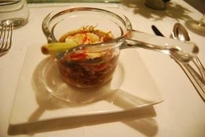 Consommé de homard aux germes de soja,  pinces à la citronnelle